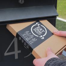 Brievenbuspakket met kelnersmes, bifi worstje, borrelnootjes en een gepersonaliseerde heupfles met jouw naam | BBQfoodbox003