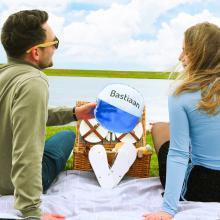 Brievenbuspakket met slippers, zonnebril en een bedrukte strandbal bedrukt met jouw naam