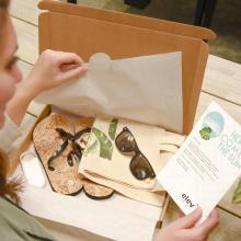 Brievenbuspakket met slippers, zonnebrand, een katoenen zomertas en een zonnebril gegraveerd met jouw naam